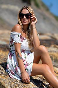 Bilder Blondine Kleid Bein Brille Blick Wikky junge frau