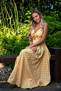 Bilder Sitzen Lächeln Kleid Blick Wikky Mädchens