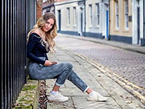 Fotos Lächeln Blick Sitzt Straße Wikky Mädchens