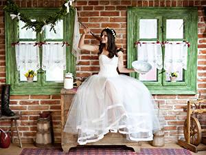 Hintergrundbilder Fenster Braut Kleid Brünette Sitzt Lächeln Kranz Löffel Mädchens
