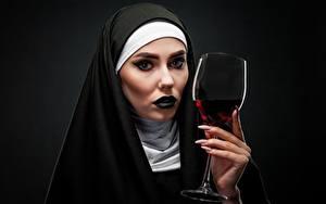 Hintergrundbilder Wein Schwarzer Hintergrund Starren Schminke Hand Maniküre Weinglas Mönch junge frau