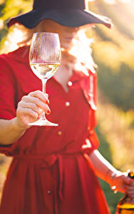Fotos Wein Bokeh Der Hut Hand Weinglas junge frau
