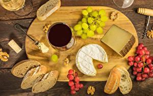 Fotos Wein Brot Weintraube Käse Nussfrüchte Schneidebrett Weinglas