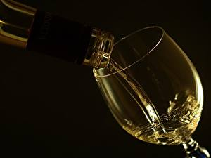 Fotos Wein Hautnah Weinglas Schwarzer Hintergrund das Essen