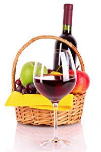Bilder Wein Obst Weißer hintergrund Weidenkorb Weinglas Flasche Lebensmittel