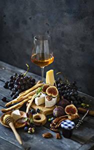 Bilder Wein Trauben Käse Echte Feige Backware Stillleben Bretter Weinglas