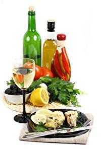 Bilder Wein Zitrone Weißer hintergrund Flasche Weinglas Teller Lebensmittel
