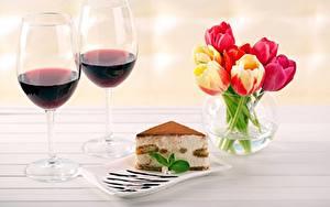 Fotos Wein Törtchen Tulpen Weinglas Stück Vase das Essen Blumen