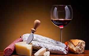Fotos Wein Wurst Käse Brot Messer Farbigen hintergrund Weinglas