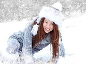 Fotos Winter Izabela Magier Schnee Mütze Sweatshirt Braunhaarige Lächeln Mädchens