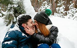 Fotos Winter Mann Liebe Paare in der Liebe Zwei Braune Haare Hand Mädchens
