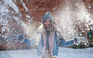Bilder Winter Schnee Lächeln Mütze Jacke Hand Handschuh junge Frauen