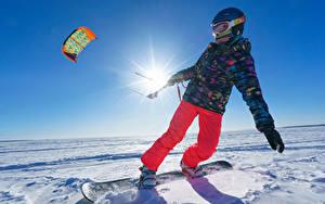 Fotos Winter Snowboard Schnee Junge Helm Sonne Jacke kind Sport