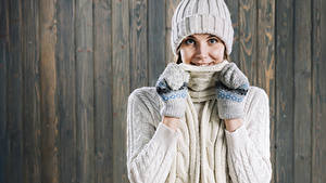 Bilder Bretter Lächeln Mütze Fausthandschuhe Schal Starren Mädchens