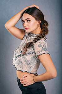 Fotos Pose Hand Bluse Zopf Blick Xenia Mädchens