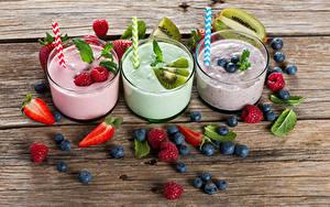 Bilder Joghurt Erdbeeren Heidelbeeren Himbeeren Kiwi Bretter Trinkglas