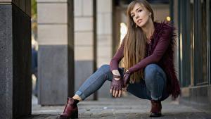 Fotos Pose Sitzend Jeans Blick Yulia junge frau