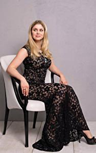 Bilder Yvonne Woelke Blondine Sessel Sitzend Kleid Blick Prominente Mädchens