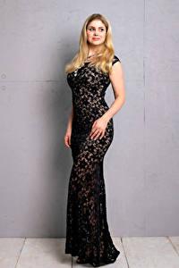 Bilder Blondine Blond Mädchen Pose Starren Blick junge Frauen Mädchens