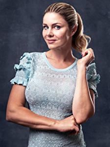 Hintergrundbilder Yvonne Woelke Blond Mädchen Pose Kleid Hand Starren Prominente Mädchens