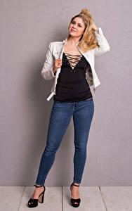 Bilder Yvonne Woelke Blond Mädchen Pose Jeans Lächeln Prominente Mädchens