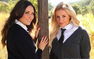 Fotos Zoe Alexandra Amy Green 2 Blond Mädchen Braunhaarige Blick Lächeln Hand Krawatte Mädchens