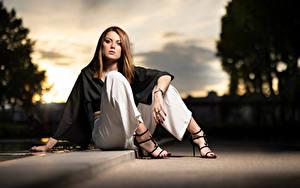 Fotos Model Sitzt Die Hose Blick Unscharfer Hintergrund Posiert Zoe Mädchens