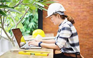Hintergrundbilder Arbeit Sitzen Helm Notebook Seitlich construction helmet Mädchens