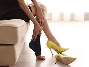 Hintergrundbilder Sitzt Bein High Heels Gelb fatigue junge frau