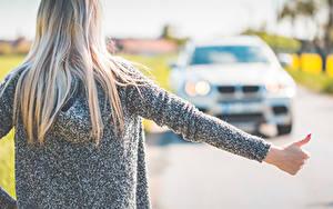 Fotos Unscharfer Hintergrund Blondine Blond Mädchen Hinten Haar Hand hitchhiking Mädchens