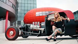 Bilder Blond Mädchen Tätowierung Hand Sitzend Bein High Heels hot rod junge Frauen Autos