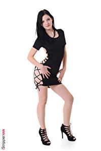 Hintergrundbilder iStripper Weißer hintergrund Brünette Posiert Kleid Hand Bein Stöckelschuh Amber Nevada Mädchens