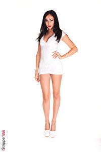 Fotos iStripper Ariana Marie Weißer hintergrund Brünette Hand Kleid Bein Stöckelschuh Pose junge Frauen