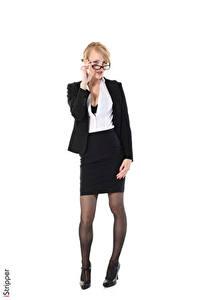 Fotos iStripper Belle Claire Weißer hintergrund Sekretärinen Anzug Blond Mädchen Brille Bein Rock Stöckelschuh Strumpfhose junge frau