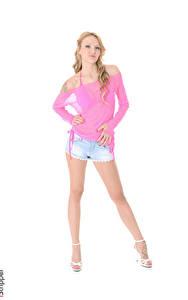 Fotos iStripper Belle Claire Weißer hintergrund Blond Mädchen Pose Hand Shorts Bein Stöckelschuh junge frau