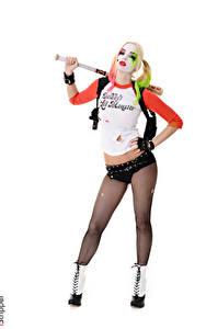Fotos iStripper Kosmetik Harley Quinn Held Estonika Weißer hintergrund Cosplay Uniform Posiert Hand Shorts Bein Strumpfhose junge frau