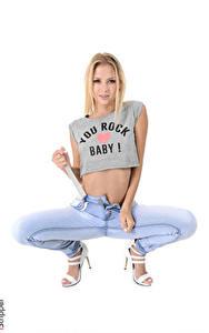 Hintergrundbilder iStripper Weißer hintergrund Blond Mädchen T-Shirt Hand Bein Stöckelschuh Jeans Kristina