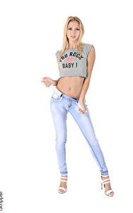 Fotos iStripper Weißer hintergrund Blond Mädchen T-Shirt Hand Jeans Bein High Heels Kristina junge Frauen