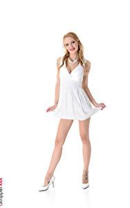Bilder iStripper Halskette Belle Claire Weißer hintergrund Blond Mädchen Lächeln Hand Kleid Posiert Bein High Heels junge frau