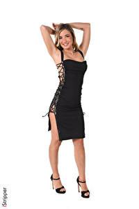 Hintergrundbilder iStripper Rebecca North Weißer hintergrund Blond Mädchen Lächeln Pose Kleid Bein Stöckelschuh