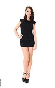 Hintergrundbilder iStripper Sofia Ander Weißer hintergrund Braune Haare Lächeln Hand Kleid Bein Stöckelschuh Mädchens