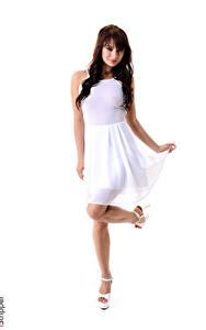 Bilder iStripper Yarina A Weißer hintergrund Brünette Kleid Hand Pose Bein Stöckelschuh Mädchens