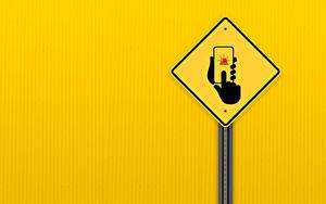 Fotos Smartphones Hand Farbigen hintergrund road sign