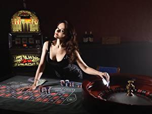 Hintergrundbilder Casino Braunhaarige Kleid Starren Hand Tisch roulette junge Frauen