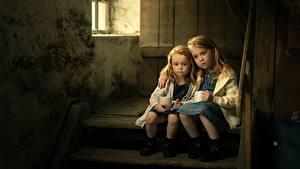 Fotos Kleine Mädchen Sitzt Zwei Stiege Traurig sisters kind