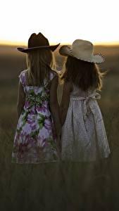 Bilder Sonnenaufgänge und Sonnenuntergänge Zwei Kleine Mädchen Der Hut Gras Kinder