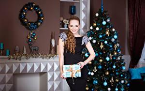 Fonds d'écran Nouvel An Aux cheveux bruns Les robes Sapin de Noël Sourire Boules Filles