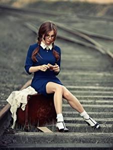 Fotos Eisenbahn Bein Sitzt Koffer Schöne Braune Haare Anna Shuvalova junge frau