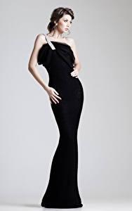Fotos Grauer Hintergrund Braunhaarige Kleid Mädchens