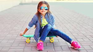 Fotos Skateboard Kleine Mädchen Sitzend Brille Hemd Sportschuhe Kinder